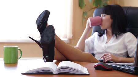 titkár : Businesswoman Relaxing In The Office Focus On Shoes