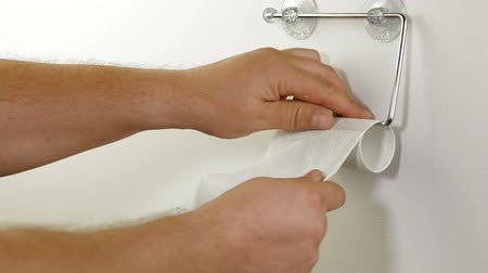 уборная : Taking Sheets Of Toilet Paper