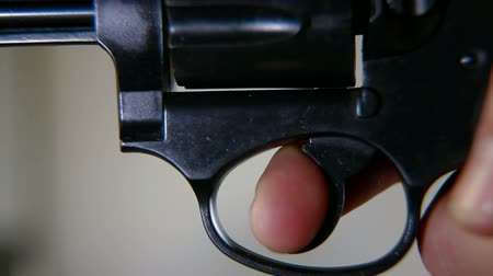 przestępca : Press a finger on the trigger, closeup
