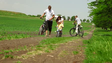 öğretim : Young Family Riding Bikes Stok Video