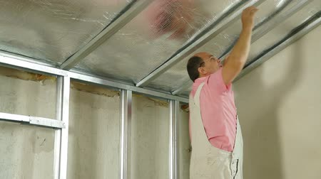 müteahhit : Installation of gypsum plasterboard ceilings Stok Video