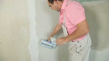 ceilão : Applying Plaster to New Plasterboard Wall