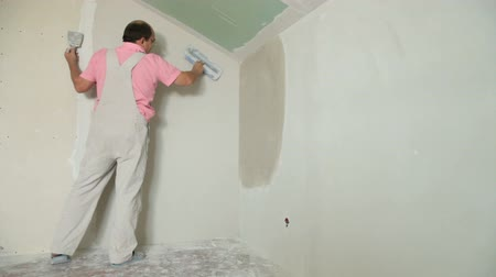 ceilão : Man Plastering Wall