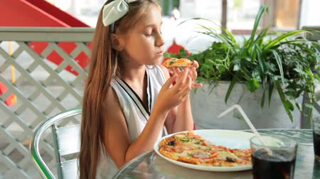 наслаждаться : Child Enjoying her Pizza