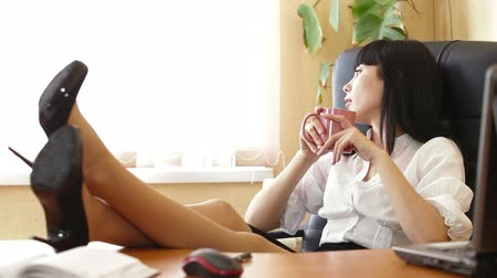 bizneswoman : Business Woman Relaxing at Office Desk Wideo