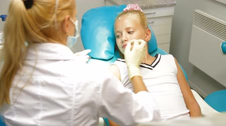 dentysta : Orthodontist with Little Girl Patient