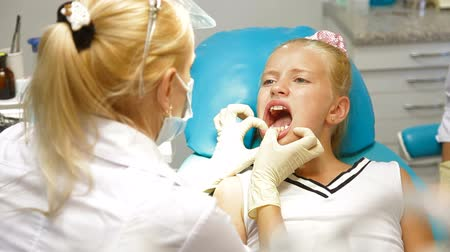 ortodonta : Orthodontist with Little Girl Patient