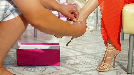 calçados : Young Woman Trying On High Heels In Shoe Store Stock Footage