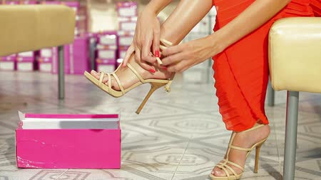 calçados : Woman Trying On High Heels In Shoe Store Stock Footage