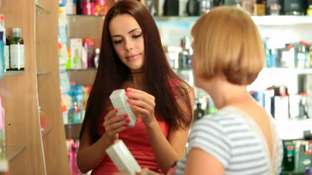pomocník : Young Woman Buying Cosmetics