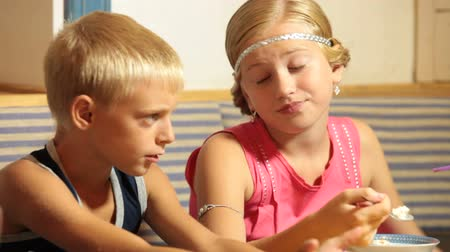 kaukázusi : A boy with his little girlfriend in a fast food restaurant Stock mozgókép