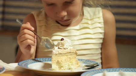 cakes : Child Eating Cake