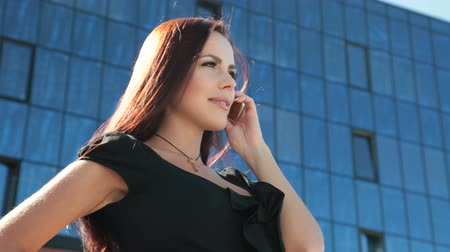 pénzügyi negyed : Attractive Bussines Woman On The Phone in Downtown Stock mozgókép