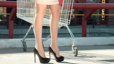 nogi : Young Woman Behind an Empty Shopping Cart Wideo