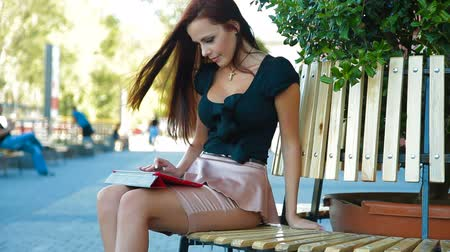 таблетка : Attractive Woman Using a Digital Tablet in Downtown Стоковые видеозаписи