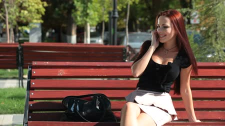 gülümseyen : Young woman talking on the cell phone, smiling Stok Video
