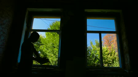 устанавливать : Contractor installing a new window in the house, bright trees and blue sky outside Стоковые видеозаписи
