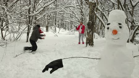 kardan adam : Funny Teenage Couple Enjoying in Snow and Winter
