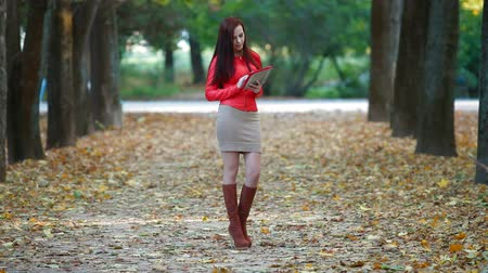 couro : Woman Using Tablet Computer in Autumn Park