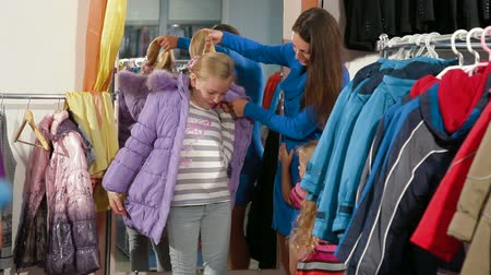 ceket : Family Shopping For Childrens Clothes In Clothing Store Stok Video