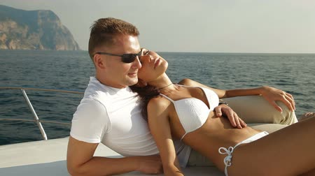 аренда : Couple enjoying their bay cruise on motor boat Стоковые видеозаписи