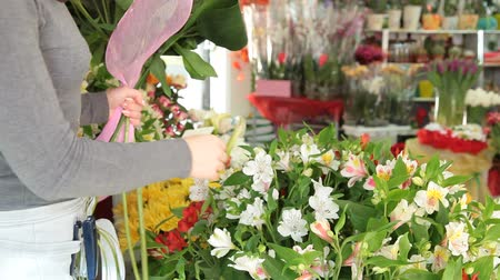 florista : Woman Arranging Flowers In Flower Retail Shop Stock Footage