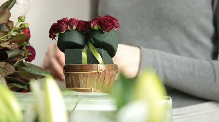 kwiaciarnia : Florist Arranging Valentines Day Rose Heart Bouquet
