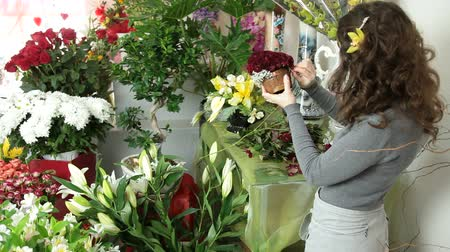kwiaciarnia : Florist Arranging Rose Heart Bouquet In Flower Shop