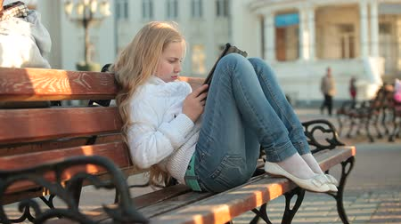 сидеть : Urban Scene - Child Using Touch Screen Tablet PC