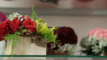 florista : DOLLY: Flower Baskets And Arrangements In Florist Shop Stock Footage
