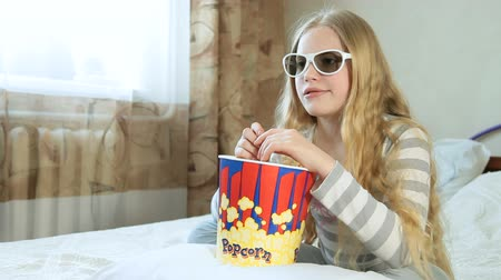 pipoca : Child Watching 3D Movie at Home