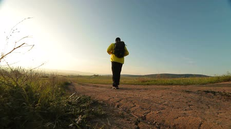 поход : Man hiking through morning field