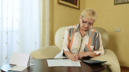 düşünürken : Mature woman calculating taxes