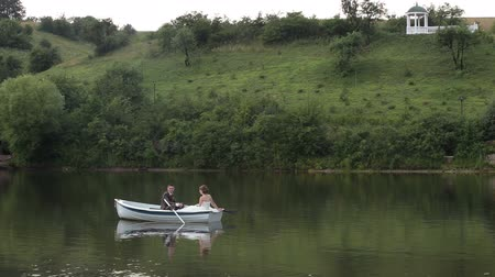 veslování : Just married couple on floated boat