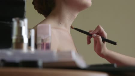 pędzel : Makeup artist applying foundation Wideo