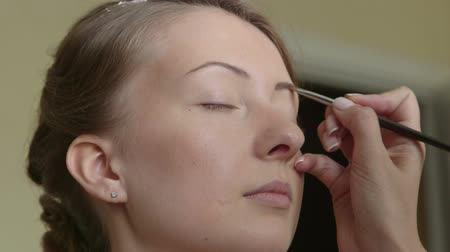 pędzel : Young bride getting her makeup Wideo