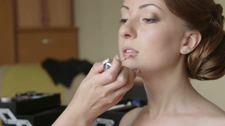 casamento : Bridal makeup artist applying lip gloss