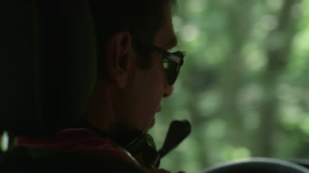 řidič : Driver riding car on winding forest road Dostupné videozáznamy