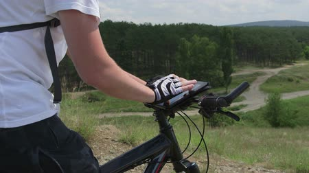 aktywność : Mountain biker using digital tablet for GPS navigation Wideo