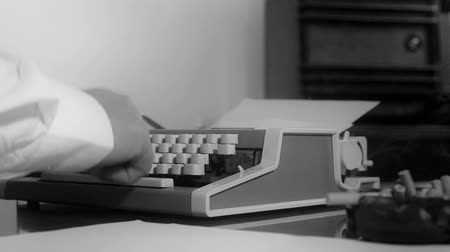 maszyna do pisania : Smoking journalist typing on a portable typewriter Wideo