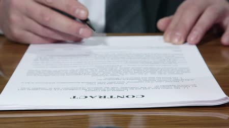 anlaşma : Businessman signing a contract