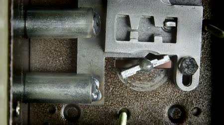 ключ : Key turning inside lock closeup