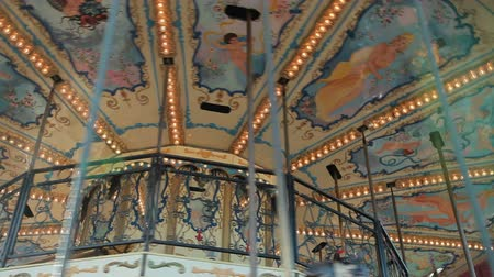 circusdieren : Merry-go-round carrousel in amusement park Stockvideo