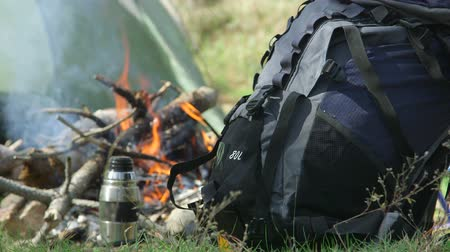 kamp : Backpack by campfire at the camp site