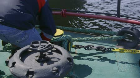 kable : Sailor mooring  vessel at offshore gas production platform Wideo