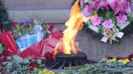 temető : Eternal flame burning at Memorial to the Heroic Defense of Sevastopol, Crimea Stock mozgókép