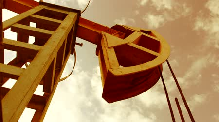 pompki : Pump jack in motion - iconic symbol of oilfield Wideo