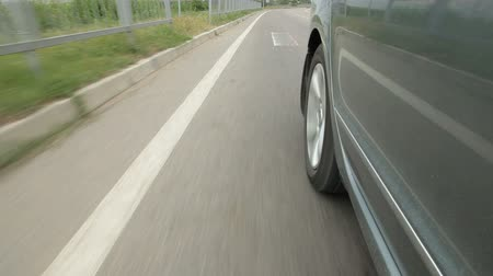 pneus : Wheel car racing down the highway along road surface markings Vídeos
