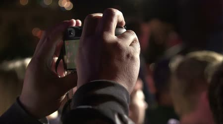 dövmek : Music fan records the show during concert on vdslr camera Stok Video