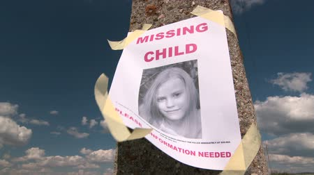 perdido : Missing person poster with photo of child are posted on pole